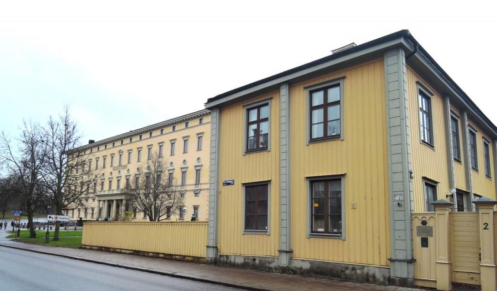 Här är Hammarskjöldfonden, som är inrymd i Geijersgården, på Övre Slottsgatan. Om man bara väljer rätt vinkel överflyglar den universitetsbiblioteket i bakgrunden.
